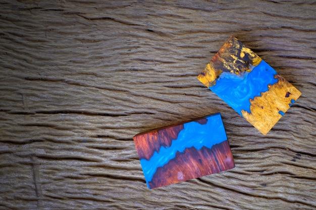Kubus gieten epoxyhars met nature burl burma padauk en esdoornhout op de oude tafel