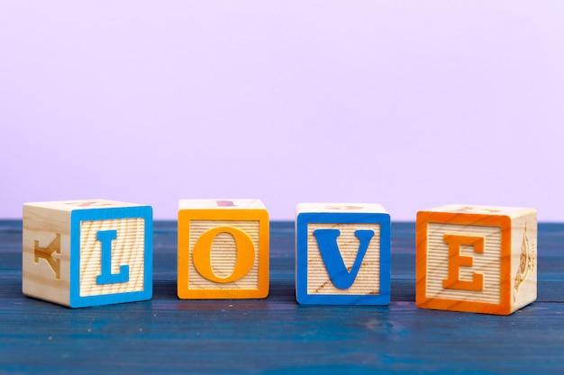 Kubus houten blok met alfabet bouwen het woord liefde