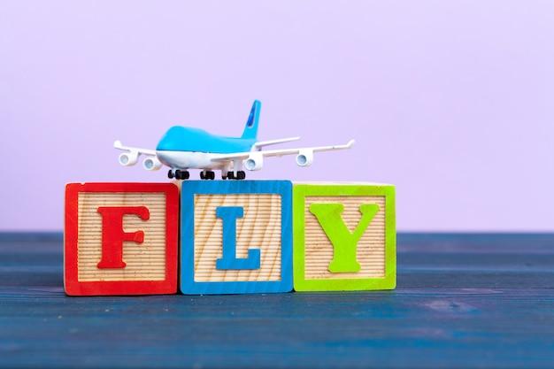 Kubus houten blok met alfabet bouwen het woord vliegen