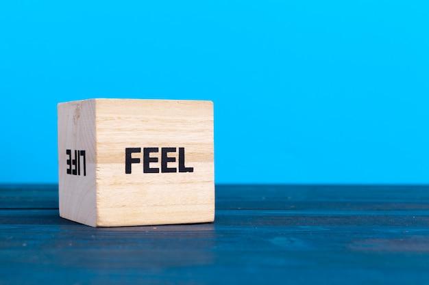 Kubus houten blok met alfabet bouwen het woord voelen