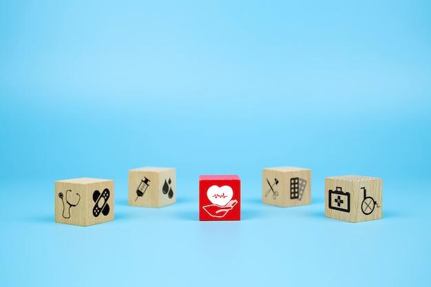 Kubus houten speelgoed blokken met medische en ehbo kid icoon.