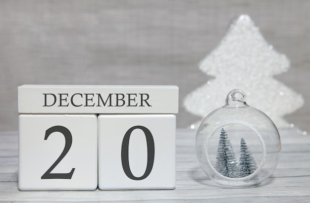Kubus met tekst van cijfers en een maand, 20 december, het einde van het jaar en samengevat.