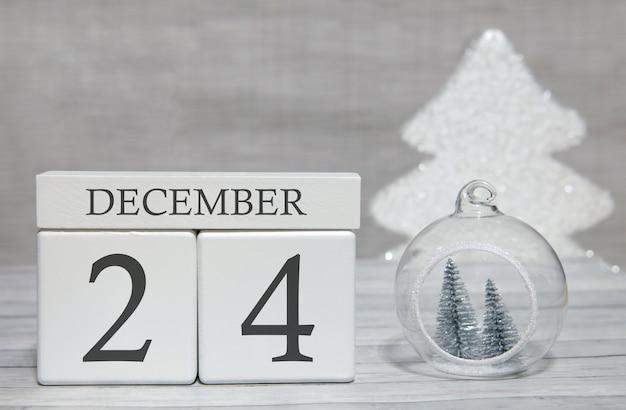 Kubus met tekst van cijfers en een maand, 24 december, het einde van het jaar en samengevat.