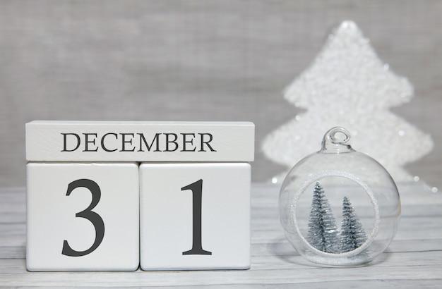 Kubus met tekst van cijfers en een maand, 31 december, het einde van het jaar en samengevat.