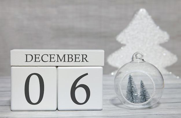 Kubus met tekst van cijfers en een maand, 6 december, het einde van het jaar en samengevat.