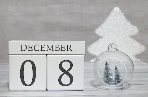Kubus met tekst van cijfers en een maand, 8 december, het einde van het jaar en samengevat.