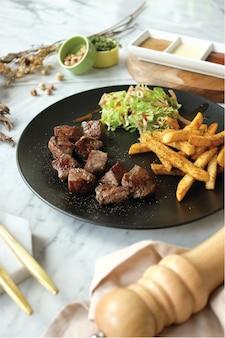 Kubus steak met frietjes en salade