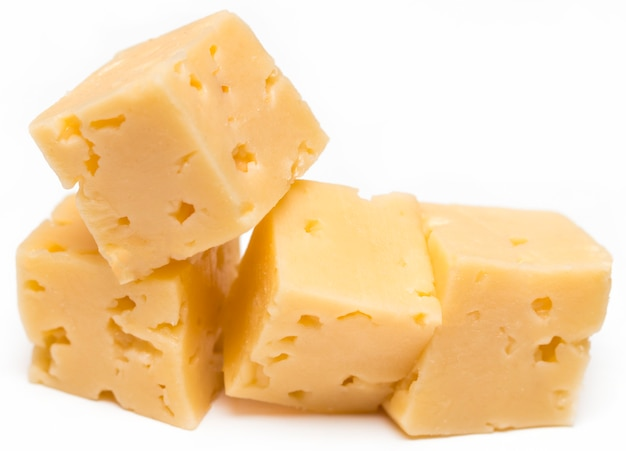 Kubus van kaas geïsoleerd op een witte achtergrond