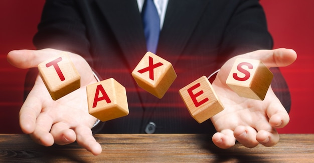 Kubussen die door ambtenaar of zakenman worden gegooid, vormen woord belastingen.