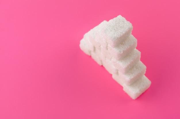 Kubussen suiker op een roze. lege ruimte voor het kopiëren van tekst