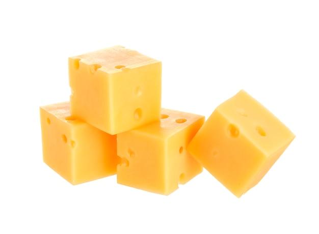 Kubussen van kaas op wit wordt geïsoleerd dat