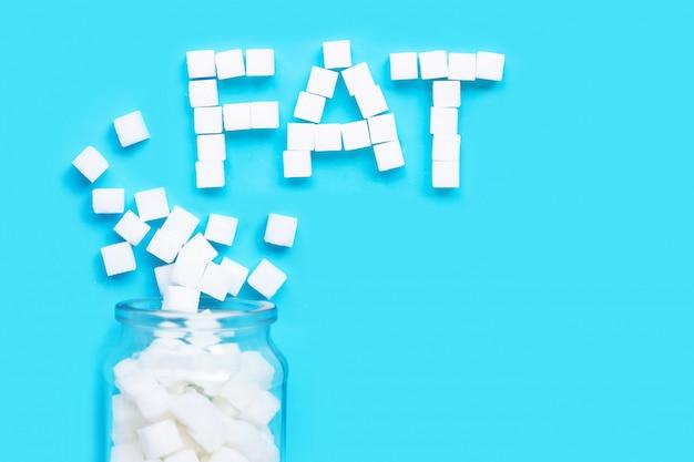 Kubussen van suiker op een blauwe achtergrond.