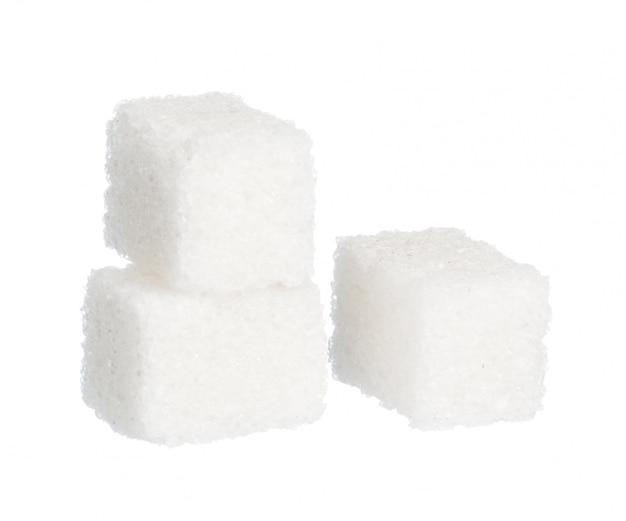 Kubussen van suiker op witte achtergrond