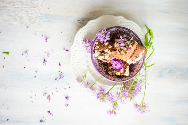 Kuchendessert met bloemen
