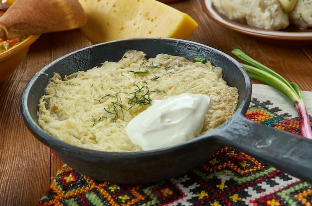 Kugelis, aardappelpudding, litouwse keuken, baltische traditionele geassorteerde gerechten, bovenaanzicht.