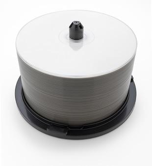 Kuip (pak) van 50 lege bluray dvd's cd's. geïsoleerd op witte achtergrond.