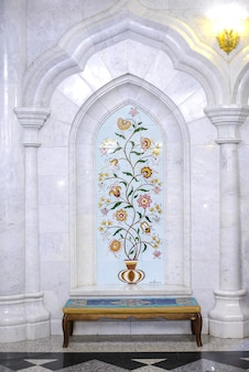 Kul sharif moskee, interieur, witte tegelmuur met prachtige florale ornamenten