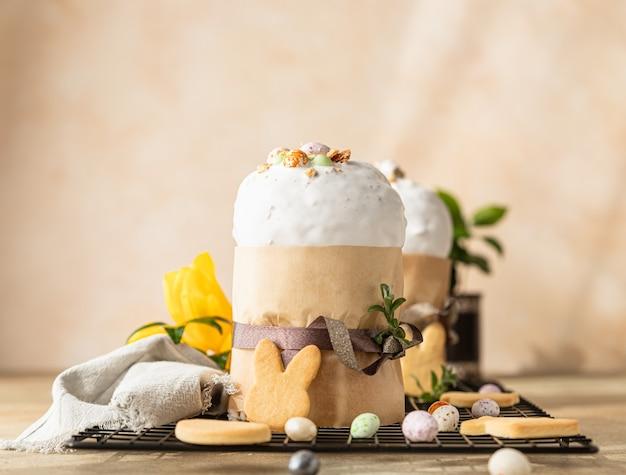 Kulich traditioneel orthodox zoet paasbrood versierd met meringuesuikerglazuur en snoepvormige eieren