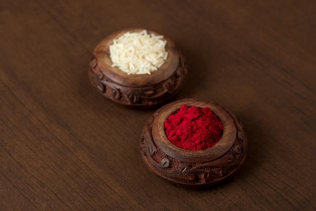 Kumkum en rijstkorrel container. natuurlijke kleurpoeders worden gebruikt bij het aanbidden van god en bij gunstige gelegenheden.