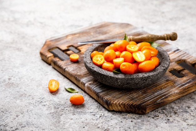 Kumquat op het grijze oppervlak. bright citrus.