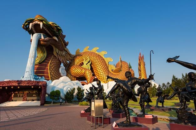 Kung fu en drakenbeelden, suphanburi
