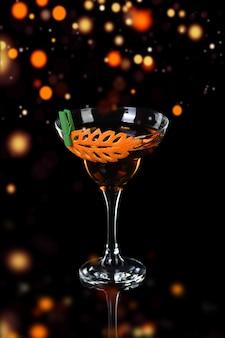 Kunst in het snijden van sinaasappels. hoe maak je een citrusgarnituur voor een drankje. cocktail rob roy.