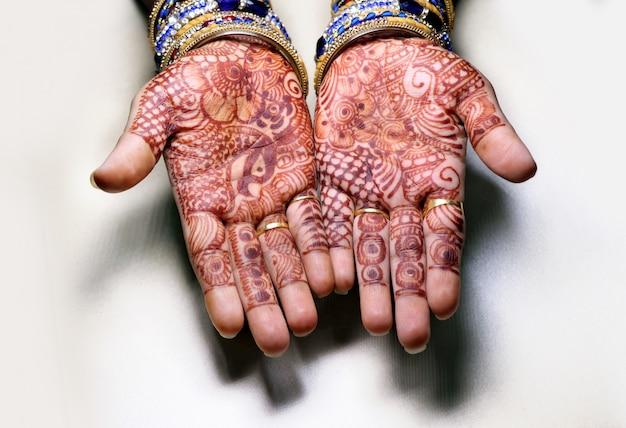 Kunst in meisjeshand die henna-plant gebruiken, ook wel mehndi-ontwerp genoemd, style.it is een traditie in india.