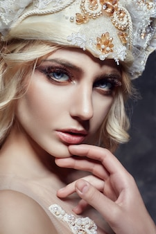 Kunst mode blond meisje lange wimpers duidelijke huid