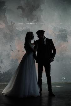 Kunst mode studio foto van bruidspaar silhouet bruidegom en bruid op kleuren