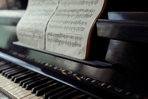 Kunst, muziek, oude dingen, vintage en kleurconcept - oude pianotoetsen close-up, selectieve focus