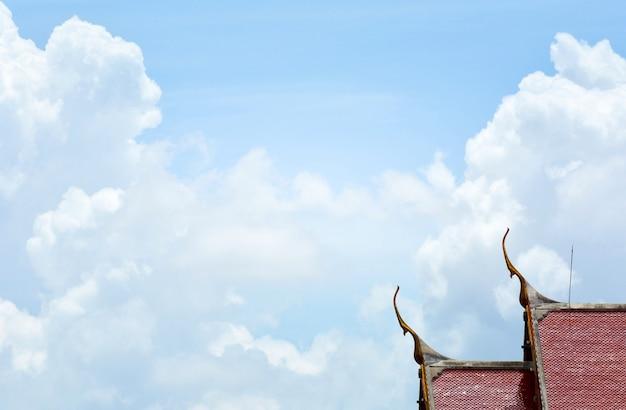 Kunst op dakkerk bij boeddhistische tempel in thailand.