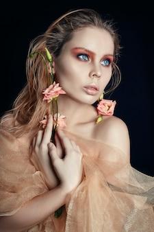 Kunst schoonheid meisje gezicht close-up met roos in handen