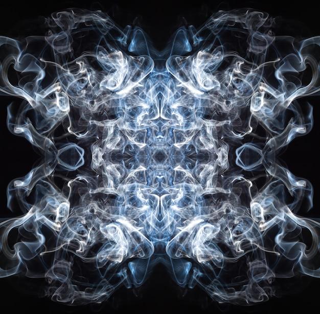 Kunst van blauwe en witte rooksamenvatting op zwarte achtergrond