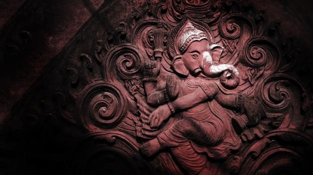 Kunst van hinddu-religie op cementcijfer op rode baksteen bij openbare tempel in thailand