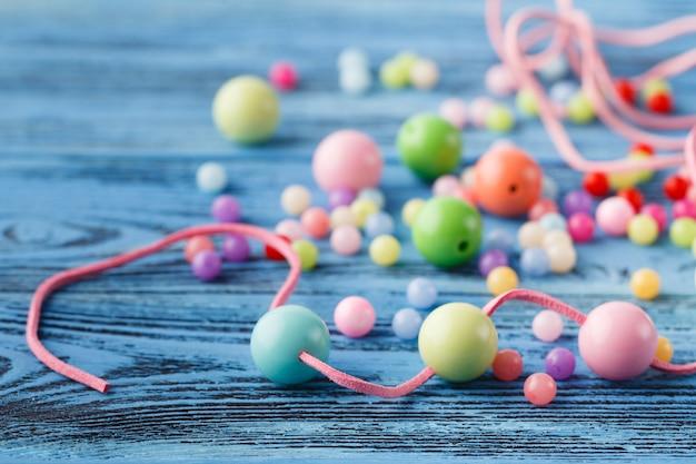 Kunst van jewerly hobby. maken van kralen van enkele gekleurde ballen