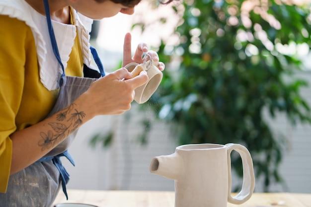 Kunst voor recreatie aardewerk handgemaakte cursussen jonge vrouw concentreerde zich op het vormen en modelleren van kruik