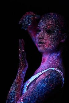 Kunst vrouw kosmos in ultraviolet licht