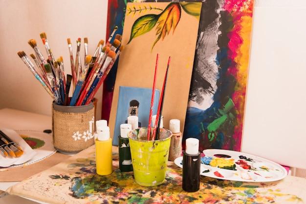 Kunstateliertafel vol met materialen