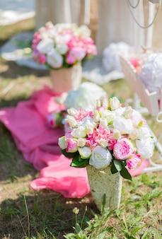 Kunstbloemdecoraties voor huwelijksceremonie