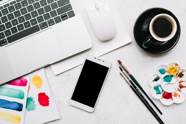 Kunstconcept met smartphonesjabloon