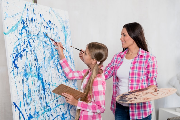 Kunstenaar concept met moeder en dochter