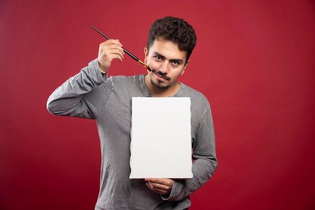 Kunstenaar demonstreert zijn nieuwe schilderij en zoekt critici en recensies.