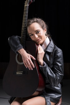 Kunstenaar die de gitaar in de studio koestert