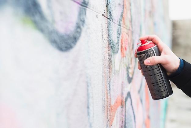 Kunstenaar die graffiti met spuitbus schilderen
