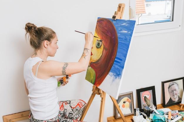 Kunstenaar die met beeld in workshop werkt