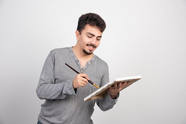 Kunstenaar die plezier heeft tijdens het schilderen van nieuwe kunstwerken.