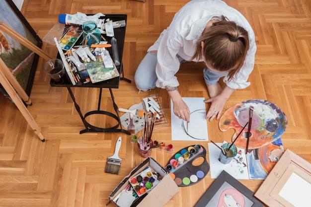 Kunstenaar die schets van beeld op papier maakt