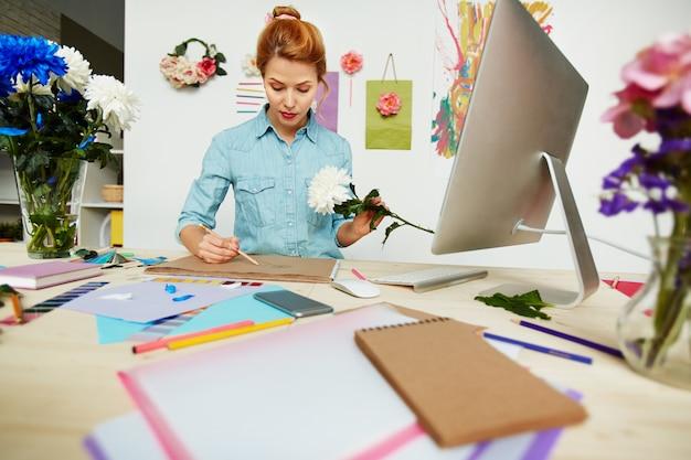 Kunstenaar gericht op werk