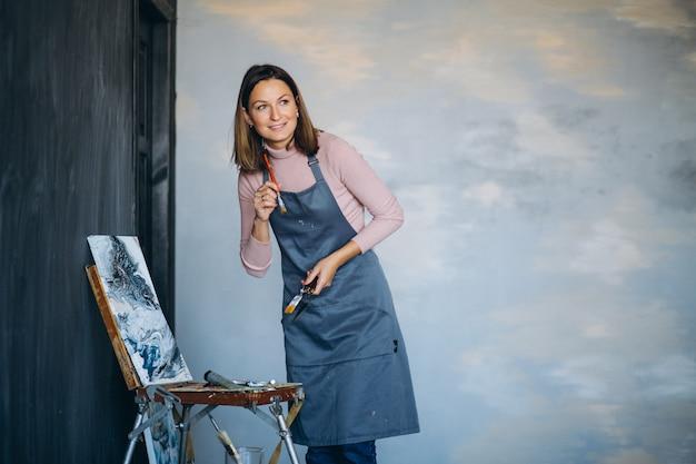 Kunstenaar het schilderen in studio