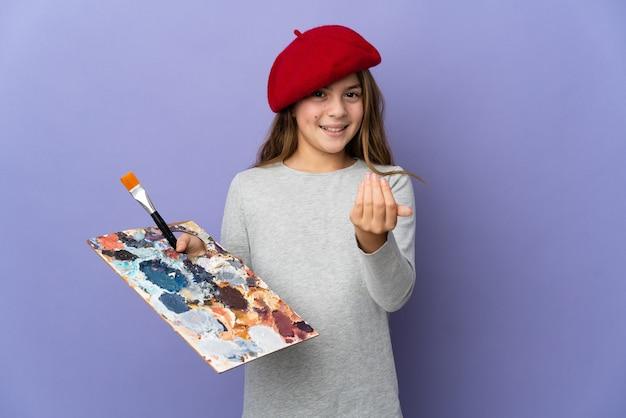 Kunstenaar meisje over geïsoleerde achtergrond uitnodigend om met de hand te komen. blij dat je gekomen bent